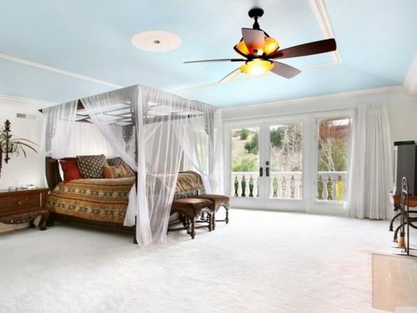 Спальня с окрашеным потолком