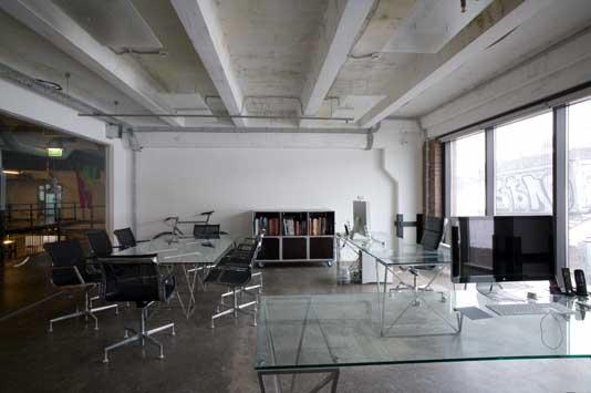 Для того, чтобы в помещении сохранялось тепло, необходимо утеплить бетонный потолок. Для утепления можно использовать различные материалы.