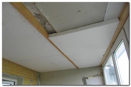 Утеплять потолок можно пенопластовыми плитами. Он наиболее дешевый и хорошо сохраняет тепло.