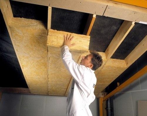 Минеральная вата отлично подходит для утепления потолка в гараже. Она имеет высокие теплоизоляционные качества.