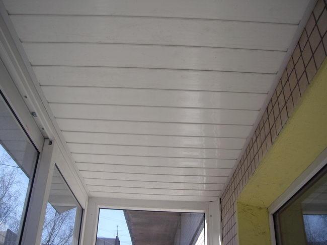 Потолок на балконе: выбор способа отделки.