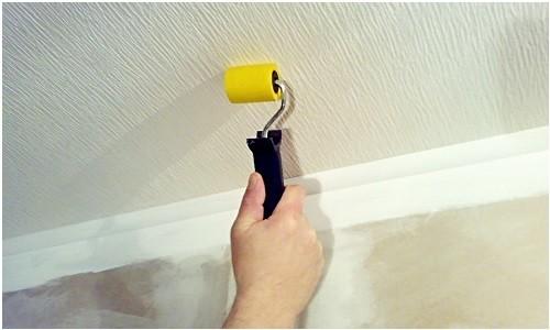 Процесс оклейки потолка обоями